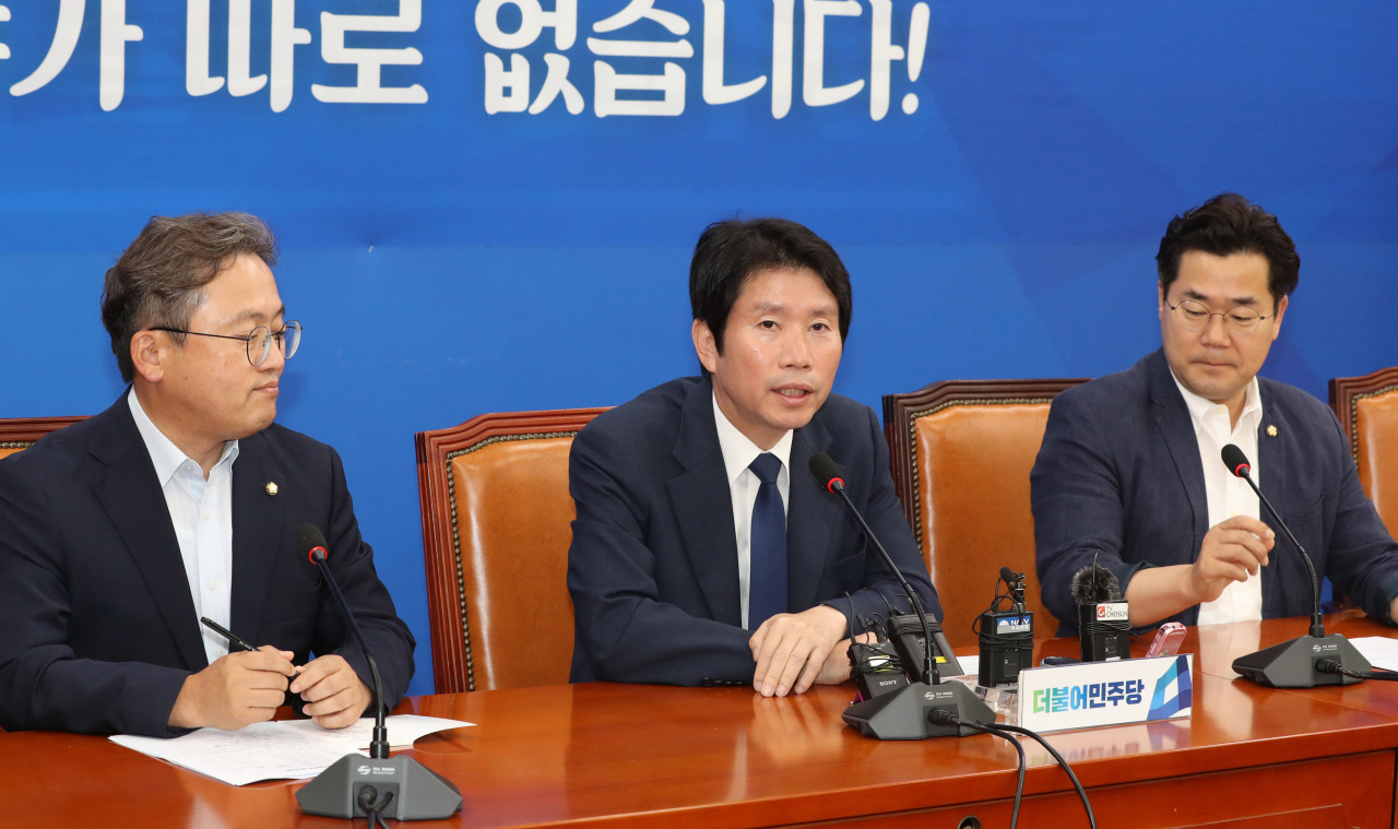 Ruling Democratic Party Floor Leader Lee In-young (center) speaks at a press conference held Sunday. (Yonhap)