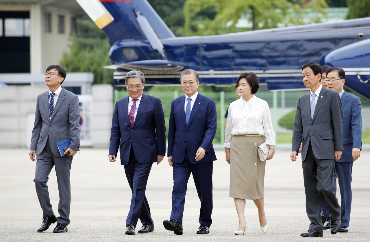 South Korean President Moon Jae-in (third left) leaves for a trip to Thailand, Myanmar and Laos through the Seongnam military air base on Sunday. (Yonhap)