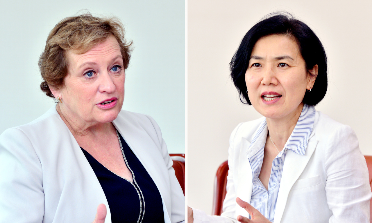 Susanna Moorehead, chair of the OECD's Development Assistance Committee, and Oh Hyun-joo, director general of the Foreign Ministry's Development Cooperation Bureau, speak during an interview with The Korea Herald at the Foreign Ministry in Seoul, Aug. 26. (Park Hyun-koo/The Korea Herald)