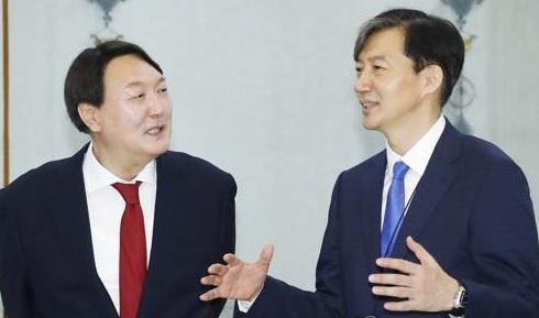File photo of Prosecutor General Yoon Seok-youl (left) and Justice Minister nominee Cho Kuk. (Yonhap)