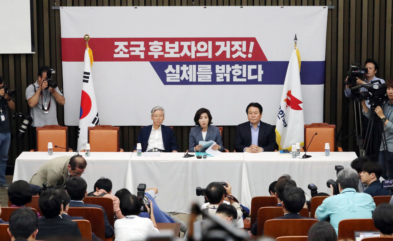 Main opposition Liberty Korea Party Floor Leader Na Kyung-won (center) speaks in an urgent press briefing Tuesday held to rebut Justice Minister nominee Cho Kuk's press conference at the National Assembly. (Yonhap)