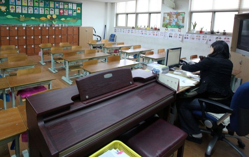 An elementary school classroom in Gyeonggi Province shows that the number of desks is less than half what it was in the 1980s. Schools in major cities have scaled back classes over the past decade as a result of the declining birth rate. (Yonhap)