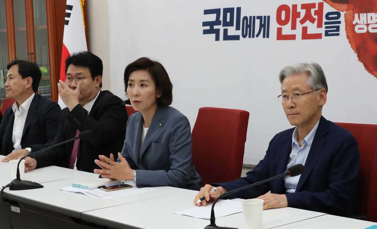 Liberty Korea Party Floor Leader Na Kyung-won (center) speaks at a meeting of the party's task force on the parliamentary confirmation hearing for Cho Kuk on Thursday. (Yonhap)