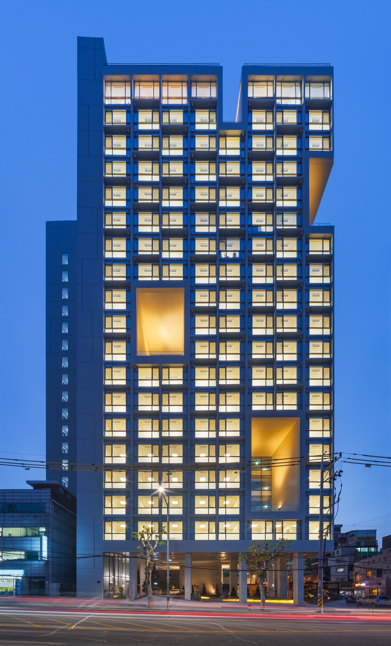 High-rise apartment and retail block Duo302 in Hwanghak-dong, central Seoul (Shin Kyung-sub)