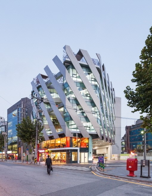An office building designed by Lim Jae-yong in Yangjae-dong, southern Seoul, with a fast-food drive-through and a gas station on the ground floor. (Shin Kyubg-sub/O.C.A)