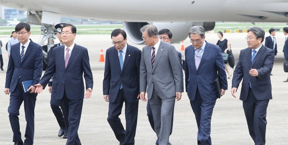 President Moon Jae-in talks with Rep. Lee Hae-chan, head of the ruling Democratic Party, upon arriving at a military airbase in Seongnam, Gyeonggi Province, on Sept. 6, 2019. (Yonhap)