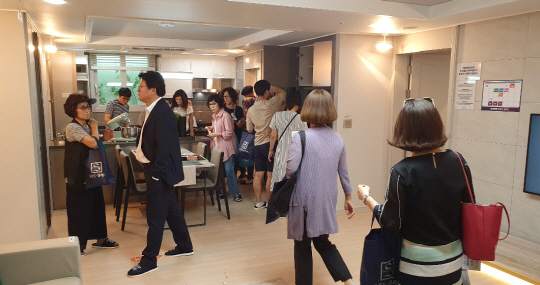 Prospective home buyers look around a model house for a Jungheung S-Class apartment complex, to be built at the Unjeong residential new town in Paju, Gyeonggi Province, by May 2022. (Jungheung Construction)