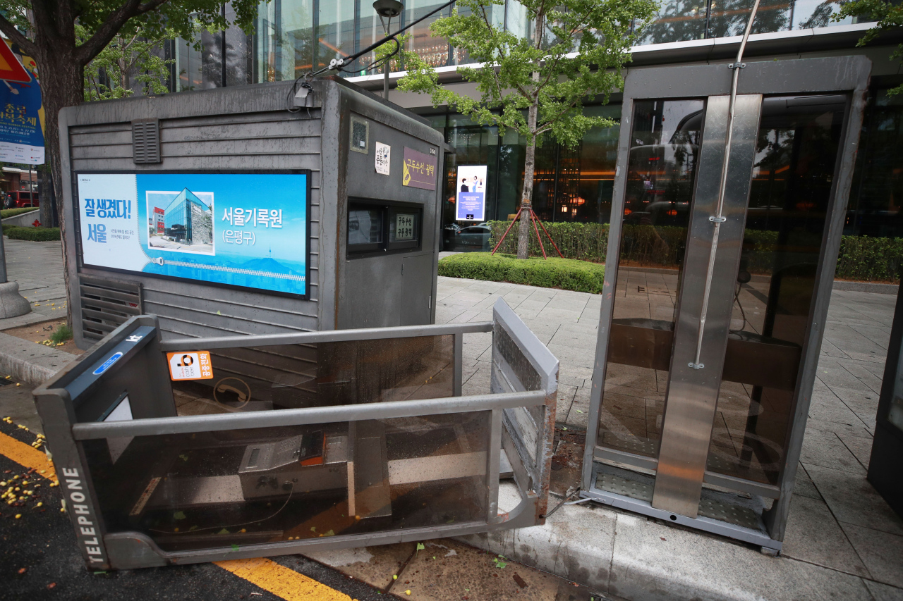 This photo shows an overturned phone booth in central Seoul on Sept. 7, 2019, due to strong winds caused by Typhoon Lingling. (Yonhap)