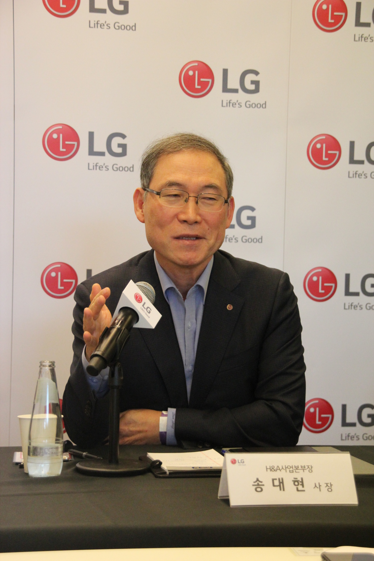 Song Dae-hyun, president of LG Electronics' home appliance and air solution division, speaks during a press briefing in Berlin on Saturday. (Lim Jeong-yeo/The Korea Herald)