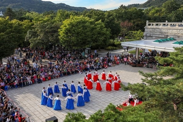 This undated file photo shows a performance of a Korean traditional dance in front of the National Folk Museum of Korea. (National Folk Museum of Korea)