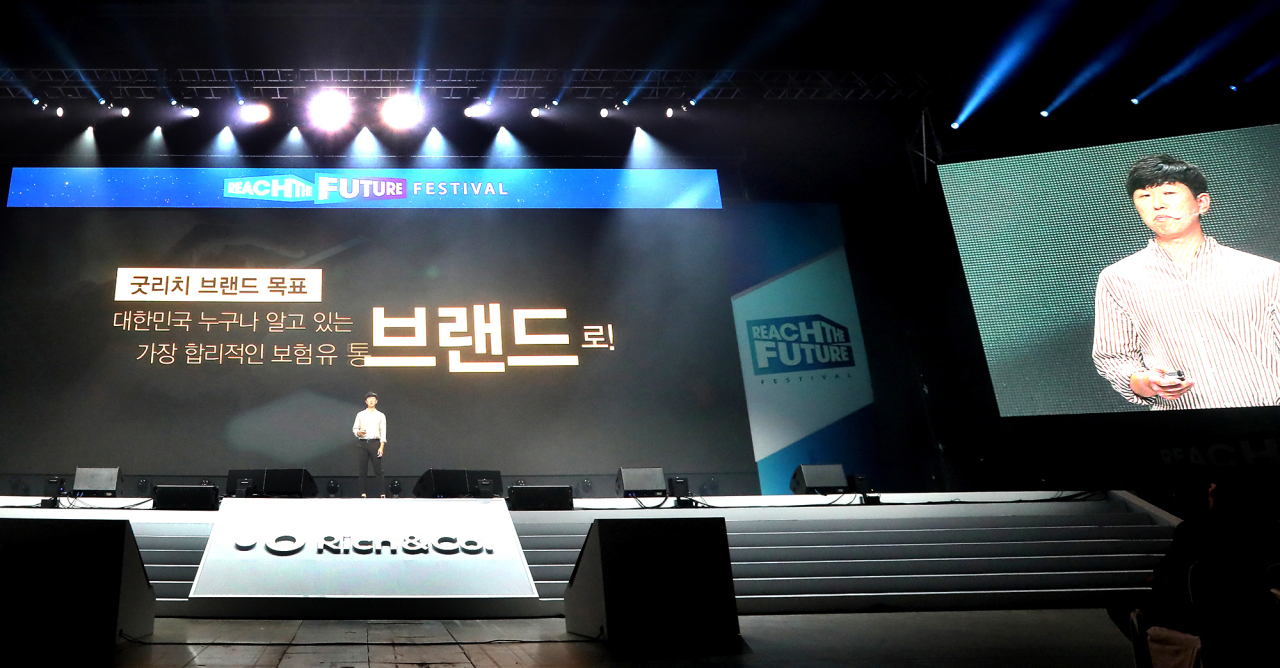 "Rich&Co. CEO Han Seong-pyo delivers a speech at the company's ""Reach the Future Festival"" held at Kintex on Monday. (Rich&Co.)"