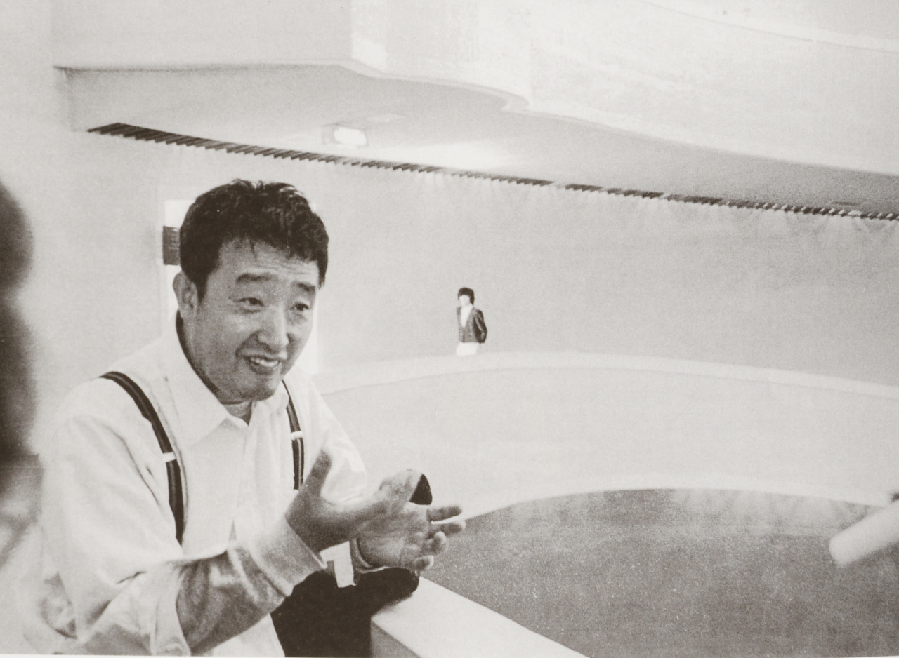 "Paik Nam-june speaks about his installation plan for ""The More the Better"" at the National Museum of Modern and Contemporary Art's Gwacheon branch in 1987. (MMCA)"