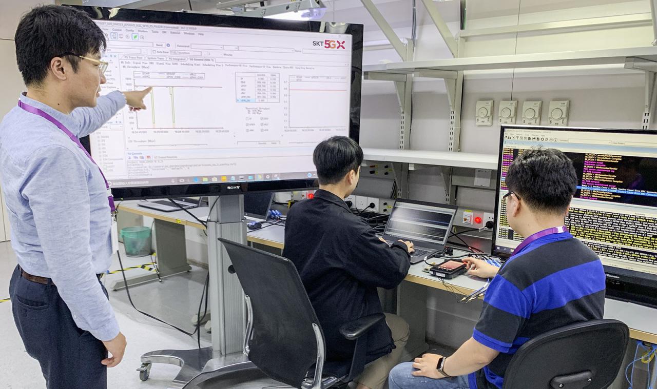SK Telecom employees test the SA 5G service (SK Telecom)