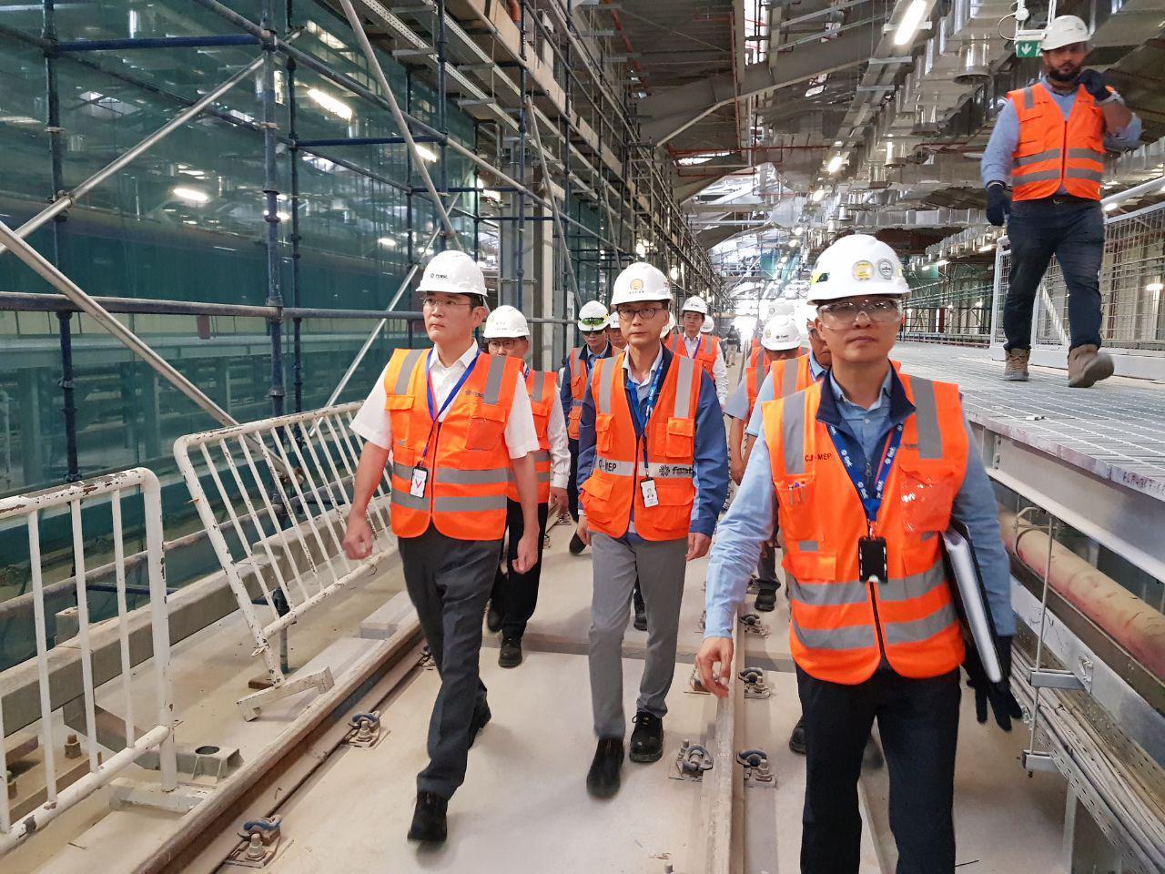 Samsung heir Lee Jae-yong walks through a construction site of a subway line by Samsung C&T in Riyadh, Saudi Arabia, on Sunday. (Samsung Electronics)