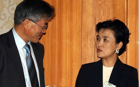 Then-senior presidential secretary for civil affairs Moon Jae-in (left, incumbent President of South Korea) talks with then-Justice Minister Kang Kum-sil at Cheong Wa Dae in April 2003. They pushed for a prosecution reform under the initiative of then-President Roh Moo-hyun, but failed to attain their goal in the backlash from right-wing politicians and a group of senior prosecutors. (Yonhap)