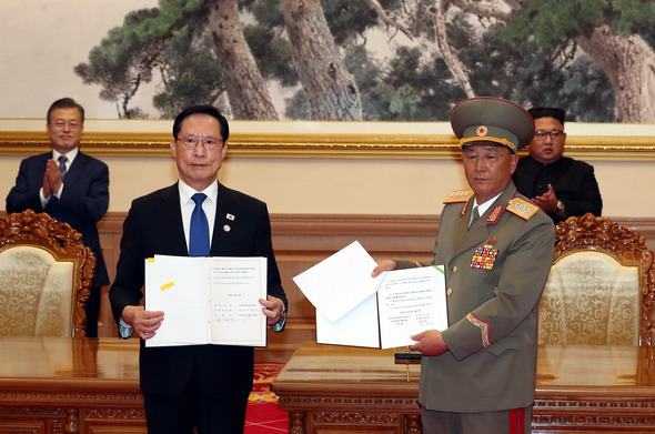 South Korean Defense Minister Song Young-moo and North Korean Minister of the People's Armed Forces No Kwang-chol stand before reporters after signing the Comprehensive Military Agreement on Sept. 19, 2018. (Yonhap)