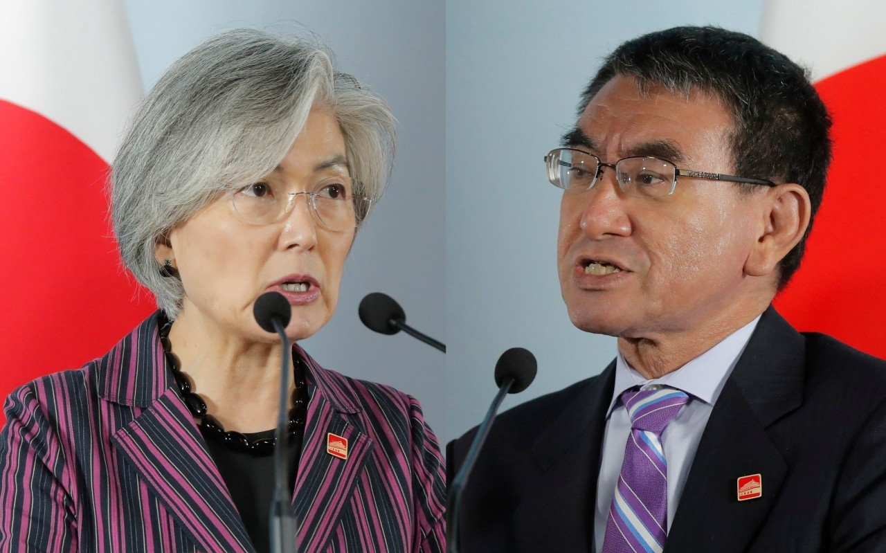 South Korean Foreign Minister Kang Kyung-wha (left) and Japanese Foreign Minister Taro Kono (right) (AFP-Yonhap)