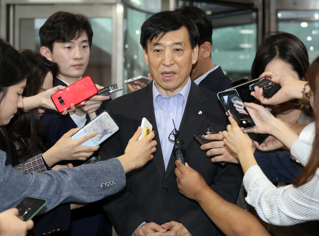Bank of Korea Gov. Lee Ju-yeol speaks to reporters Thursday over the latest US Fed's latest rate cut. (Yonhap)