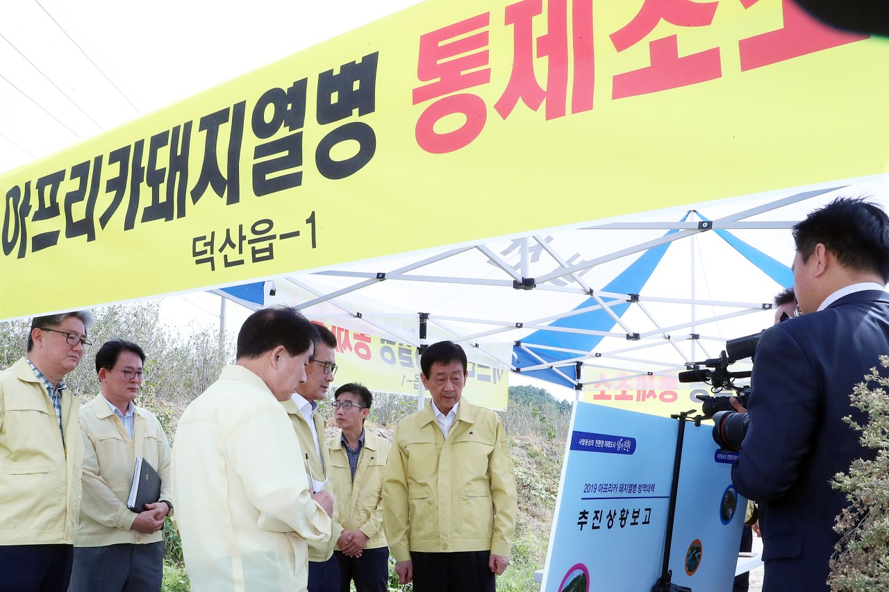 Minister of Interior and Safety Chin Young (center) looks at a board showing statistics on hog farms nationwide at a policy briefing in Jincheon, North Chungcheong Province, Friday, as a state-led move is underway to prevent the spread of African swine fever. (Yonhap)