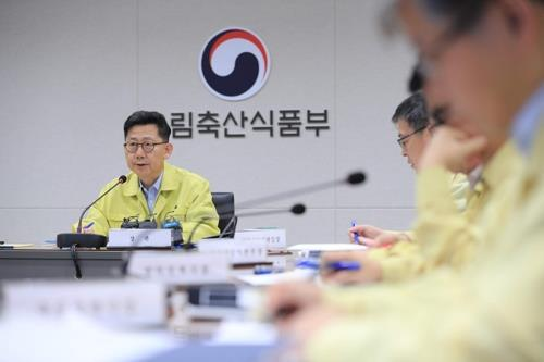 Agriculture Minister Kim Hyeon-soo holds a meeting to check the ongoing quarantine and disinfection efforts to contain the spread of African swine fever in this undated photo provided by his ministry. (Yonhap)