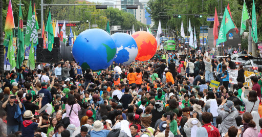 Some 4,000 people gather for a demonstration calling on the government for action on climate change in Daehangno, central Seoul, Saturday. (Yonhap)