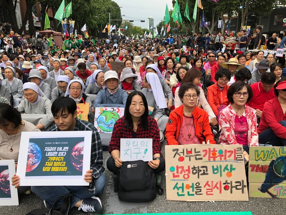 Some 4,000 people gather for a demonstration calling on the government for action on climate change in Daehangno, central Seoul, Saturday. (Ock Hyun-ju/The Korea Herald)