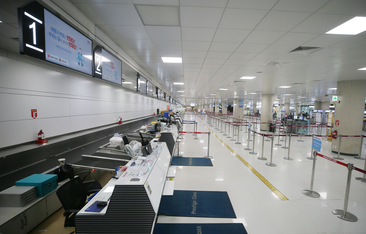 Deserted airport due to flight cancellations (Yonhap)