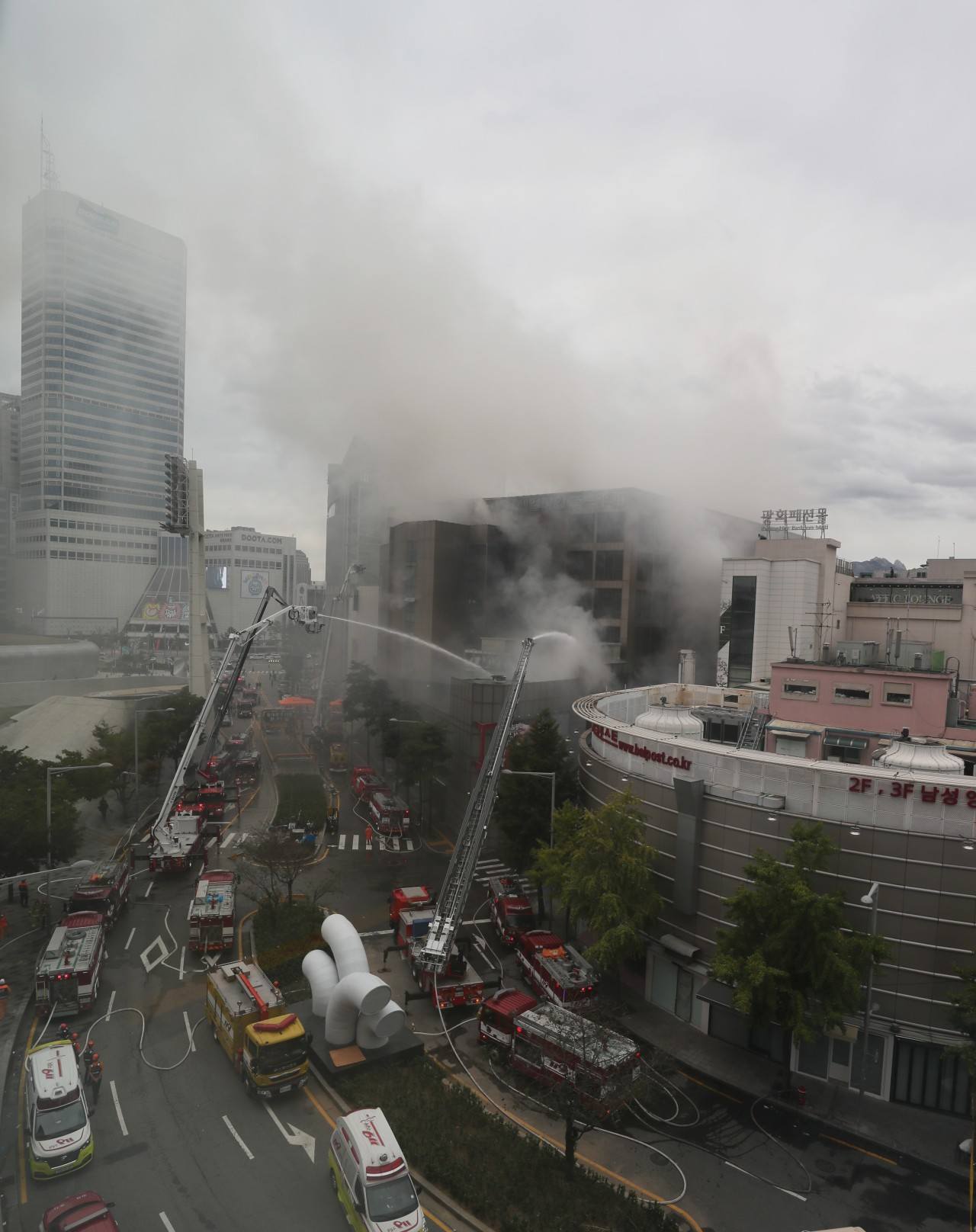 Firefighters attempt to subdue a fire at Jeil Pyunghwa Clothing Market in Sindang-dong, Seoul, at around 11 a.m. Sunday (Yonhap)