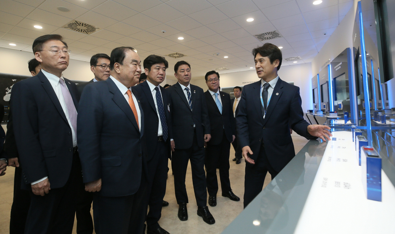 National Assembly Speaker Moon Hee-sang (second left) inspects the Samsung SDI plant located near Budapest, Hungary, Saturday. (Samsung SDI)