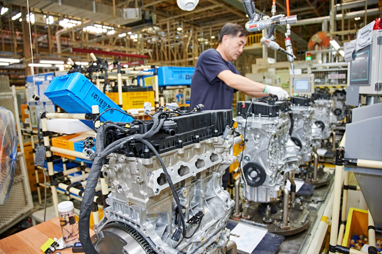 An employee attaches auto parts to the vehicle engine at SsangYong Motor's Changwon plant in South Gyeongsang Province on Sept. 18. (SsangYong Motor)