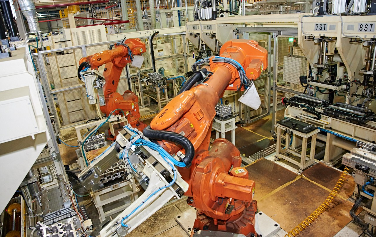 A robot manufacturing a vehicle engine at SsangYong Motor's Changwon plant in South Gyeongsang Province on Sept. 18. (SsangYong Motor)