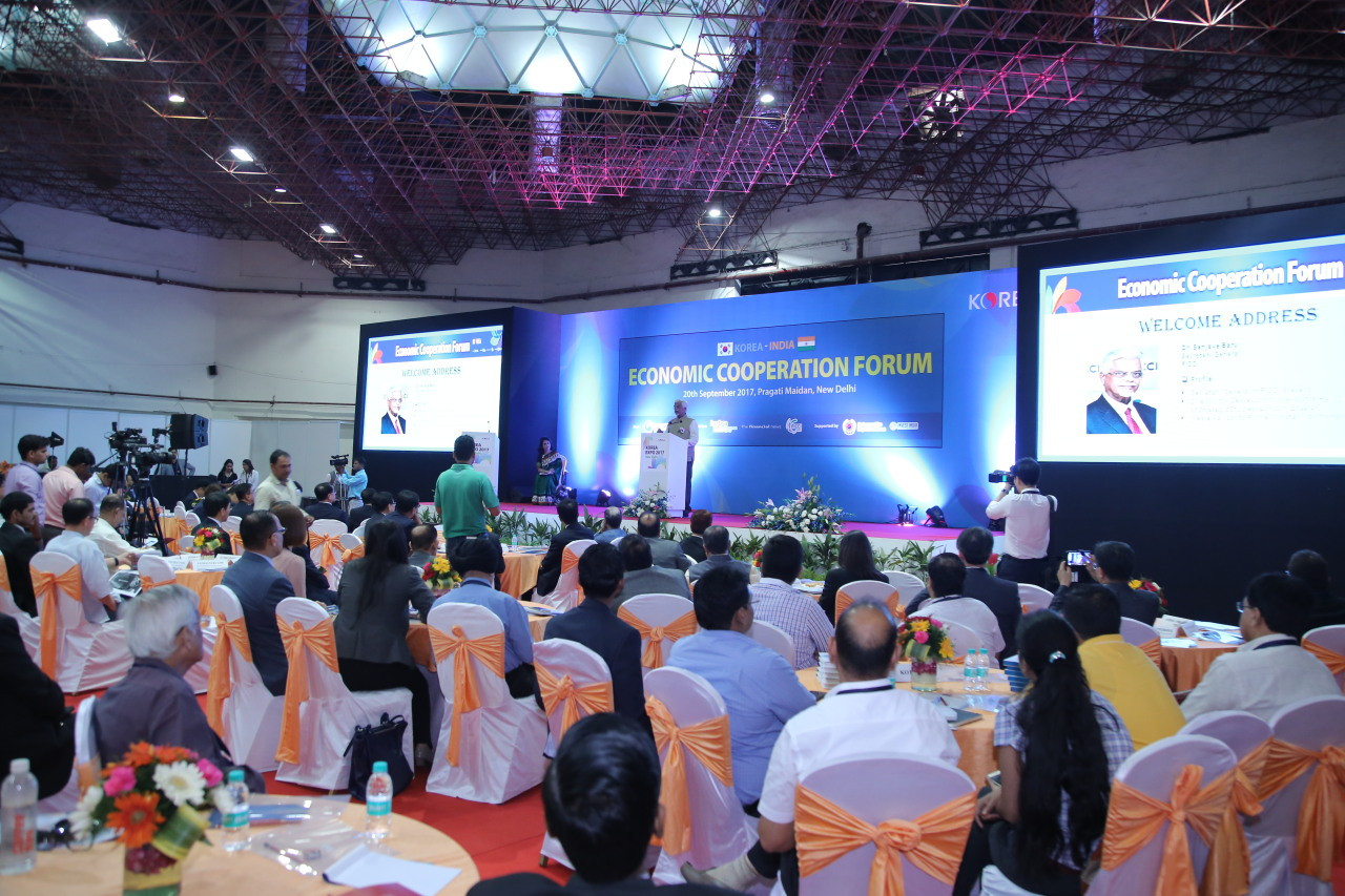 An official of the Federation of Indian Chambers of Commerce and Industry makes a congratulatory speech at KOTRA's Korea-India Economic Cooperation Forum held in New Delhi in 2017. (KOTRA)