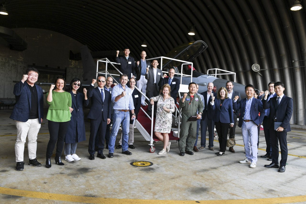 Foreign defense attaches and their spouses pose after looking at the KF-16 fighter jet at the Air Force's 20th Fighter Wing in Seosan, South Chungcheong Province, Monday. (Ministry of National Defense)