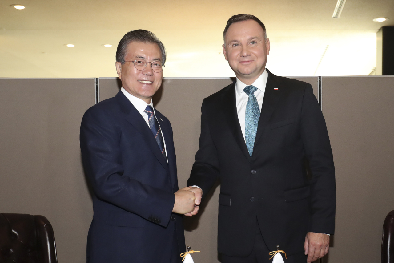 President Moon Jae-in and Polish President Andrzej Duda shake hands ahead of the summit meeting in New York on Monday. Yonhap