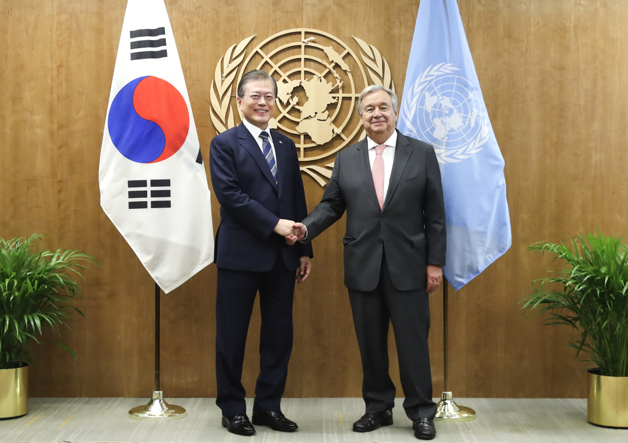 President Moon Jae-in and UN Secretary General Antonio Guterres pose for a photograph ahead of their meeting in New York on Monday. Yonhap