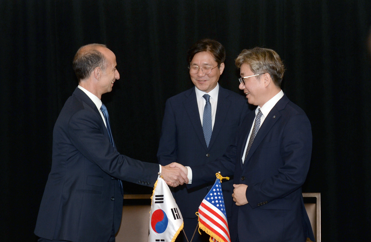 (From left) BP's global head of gas & power Robert Lawson, Minister of Trade, Industry and Energy Sung Yun-mo and Korea Gas Corp. CEO Chae Hee-bong attend a signing ceremony in Washington, Monday. (MOTIE)