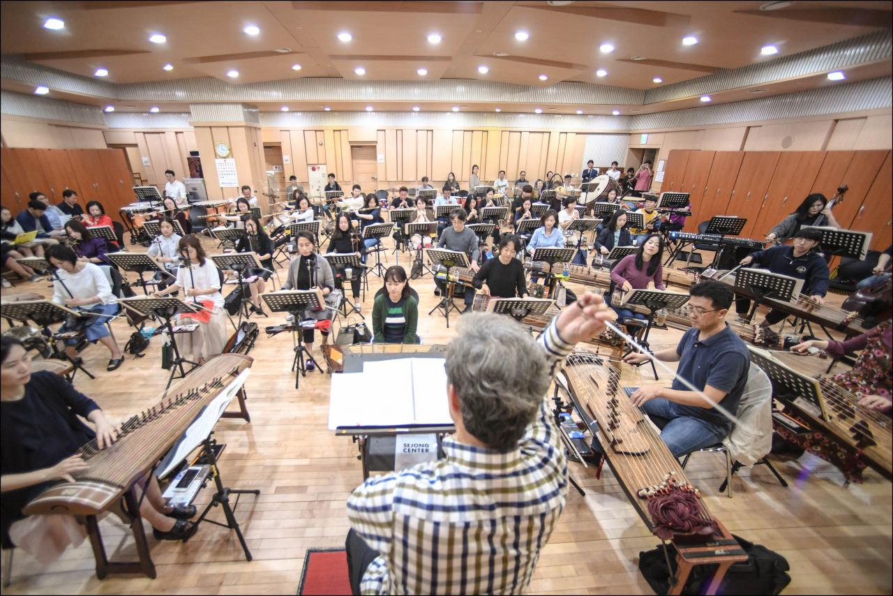"""The Seoul Metropolitan Traditional Music Orchestra practices for """"The First Concert: Stories They Tell"""" at the Sejong Center in Gwanghwamun, central Seoul, Tuesday. (Sejong Center)"""
