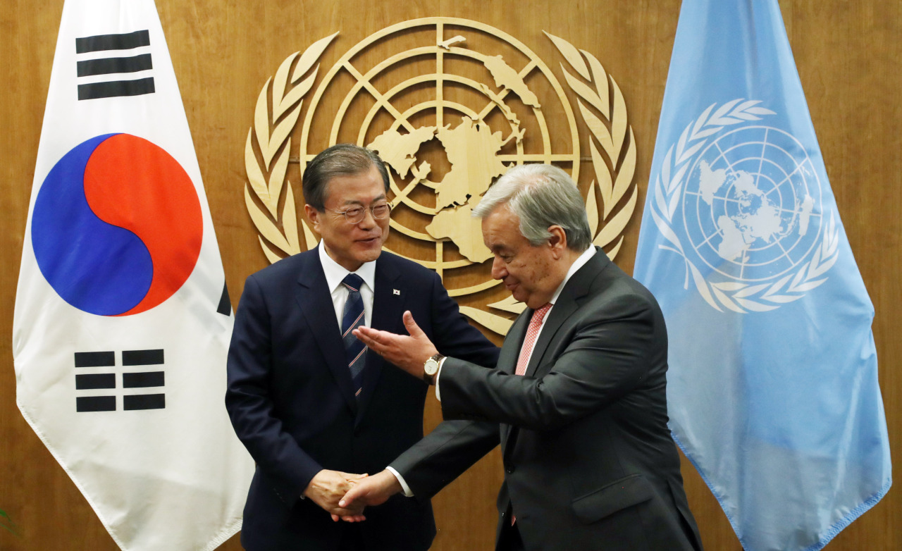 President Moon Jae-in (left) meets with UN Secretary-General Antonio Guterres at the United Nations headquarters in New York on Monday. (Yonhap)