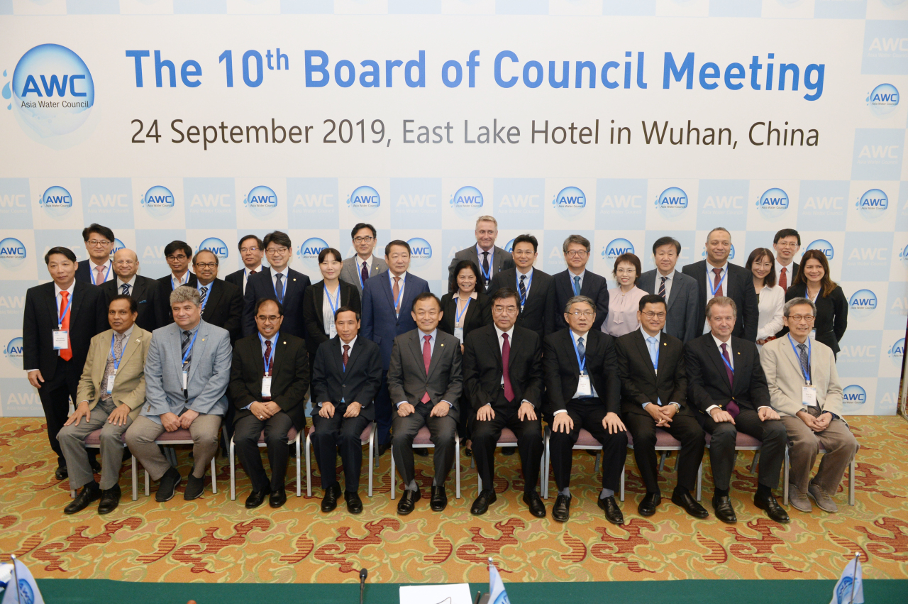 K-water CEO Lee Hak-soo (fifth from left, front) and members of the board of Asia Water Council pose for a photo at the 10th Asia Water Council board meeting in China on Wednesday. (K-water)