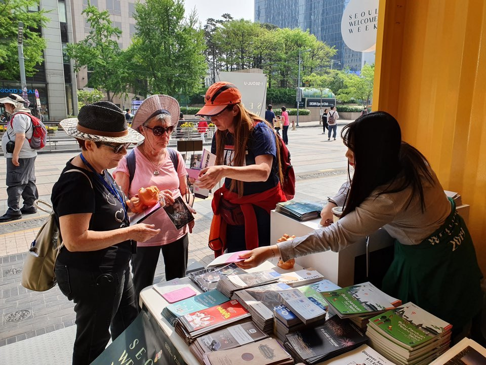 A booth promoting Seoul Welcome Week is set up at Cheonggye Plaza, central Seoul, in spring. (Seoul Metropolitan Government)