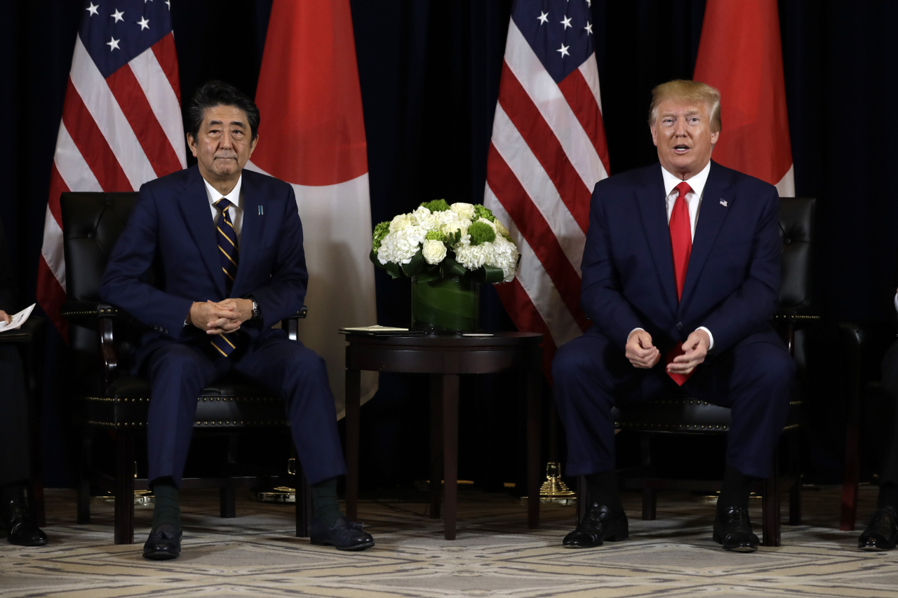 Prime Minister Abe (left) and US President Donald Trump. (AP-Yonhap)