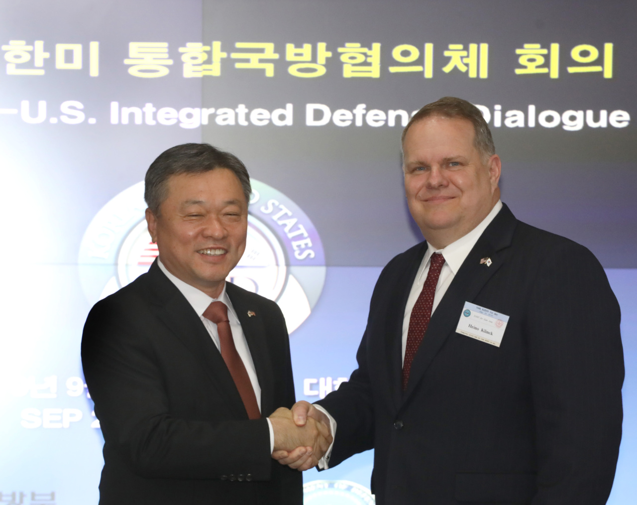 Deputy Defense Minister Chung Suk-hwan (left) and Deputy Assistant Secretary of Defense for East Asia Heino Klinck. (Yonhap)