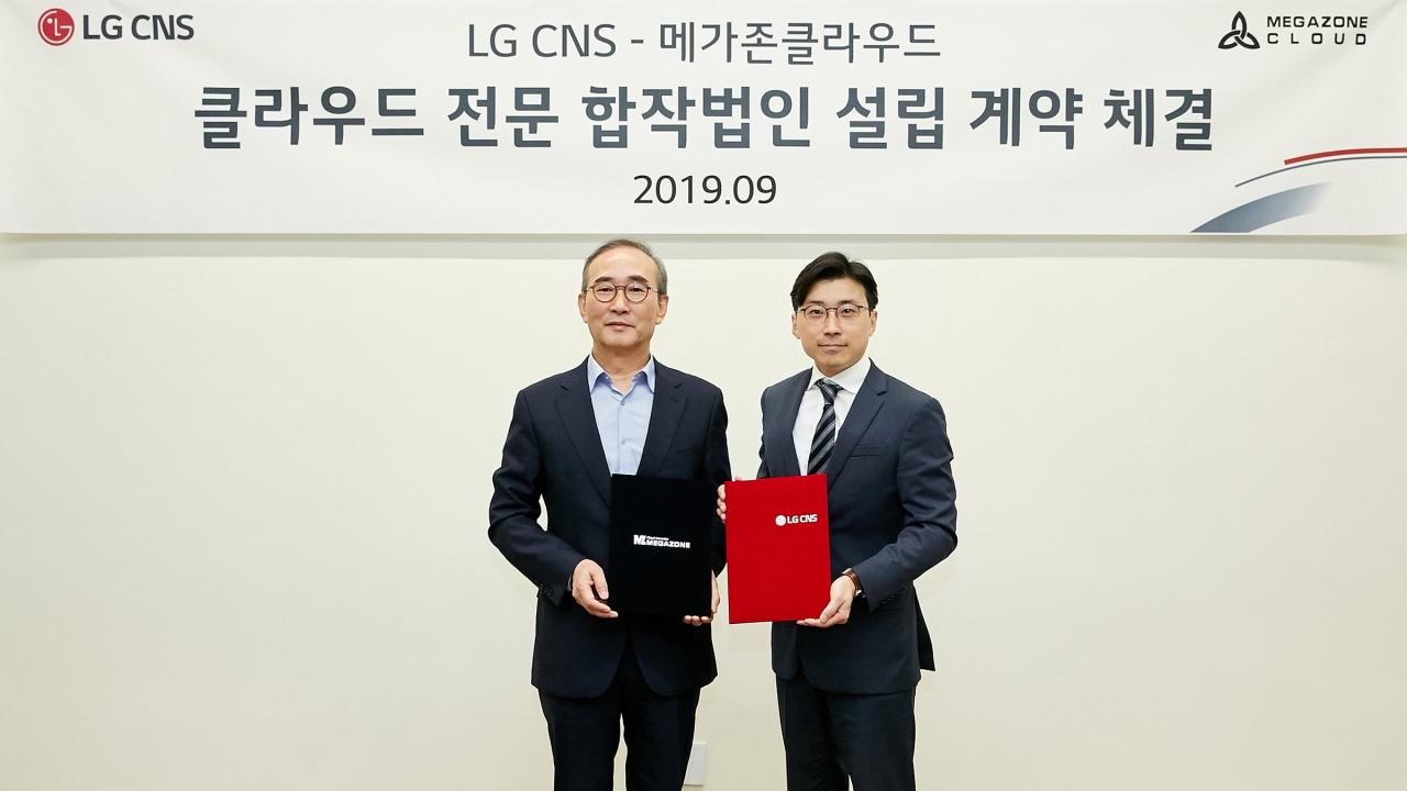 LG CNS CEO Kim Young-sub (left) and Megazone Cloud President Lee Joo-wan (LG CNS)