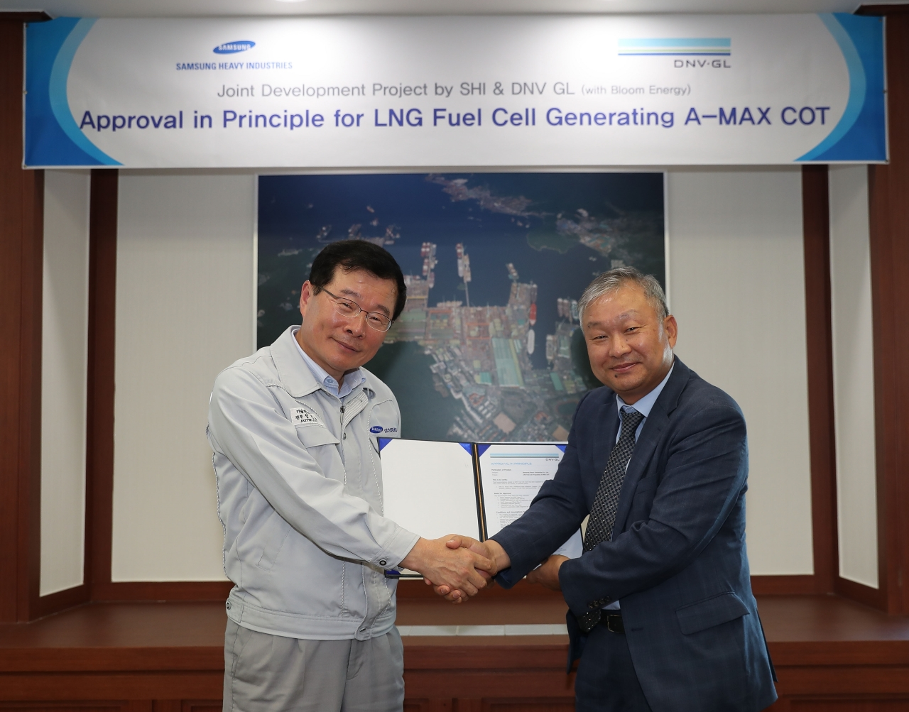 Samsung Heavy Executive Vice President Jung Jin-taek (left) and DNV GL regional business development manager Lee Hwa-lyong (SHI)