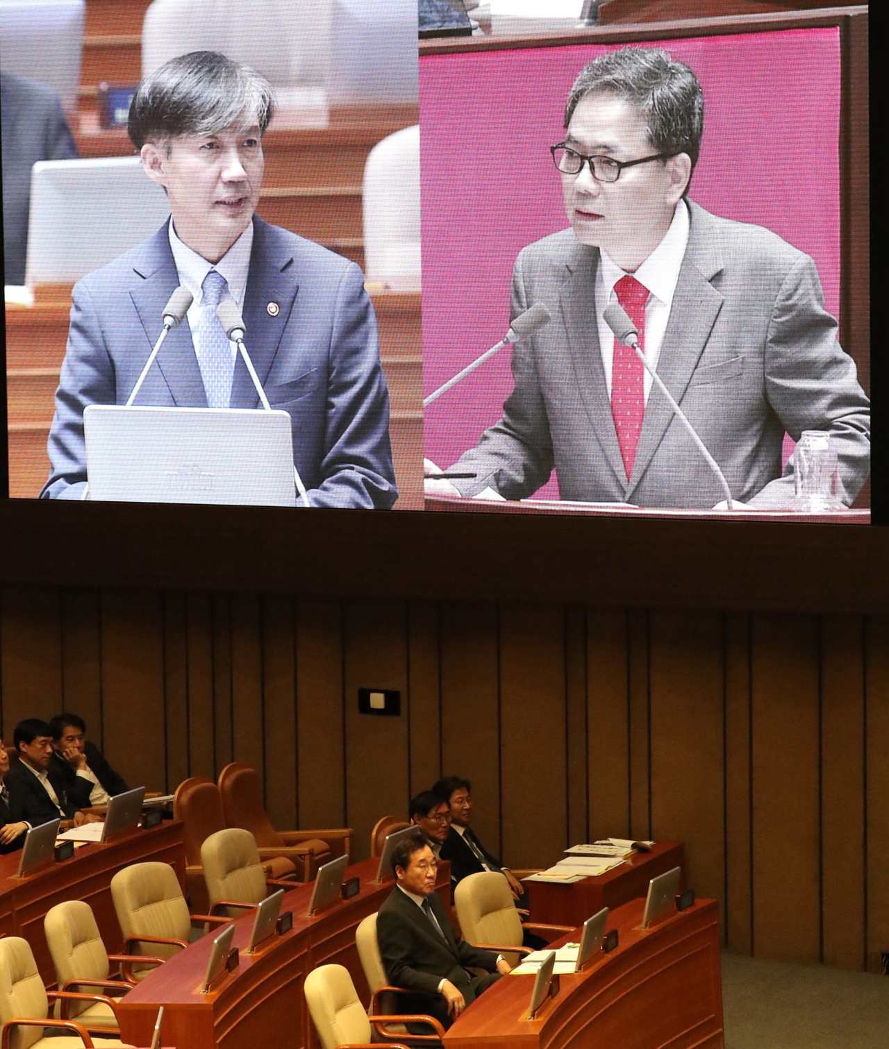 Prime Minister Lee Nak-yeon is looking at Justice Minister Cho Kuk answering questions from Rep. Kwak Sang-do of the Liberty Korea Party during a parliamentary interpellation session on Thursday. (Yonhap)