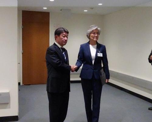 South Korean Foreign Minister Kang Kyung-wha (right) and her Japanese counterpart Toshimitsu Motegi. (Yonhap)