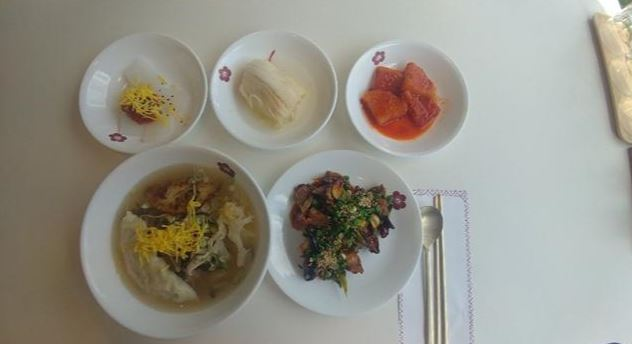 A five-dish meal served at North Korean cuisine restaurant Bukhyang features onban (soup with rice,) pork chops and three side dishes. (Lee Sun-young/The Korea Herald)