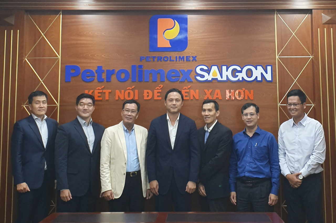 Huh Cheol-hong (second from left), vice president of GS Caltex Business Innovation, Nguyen Van Canh (third from left), president of Petrolimex Saigon, and Hur Joon-hong (fourth from left), executive vice president of GS Caltex Lubricants Business, pose for a photo during a meeting at the Petrolimex Saigon office in Vietnam. (GS Caltex)