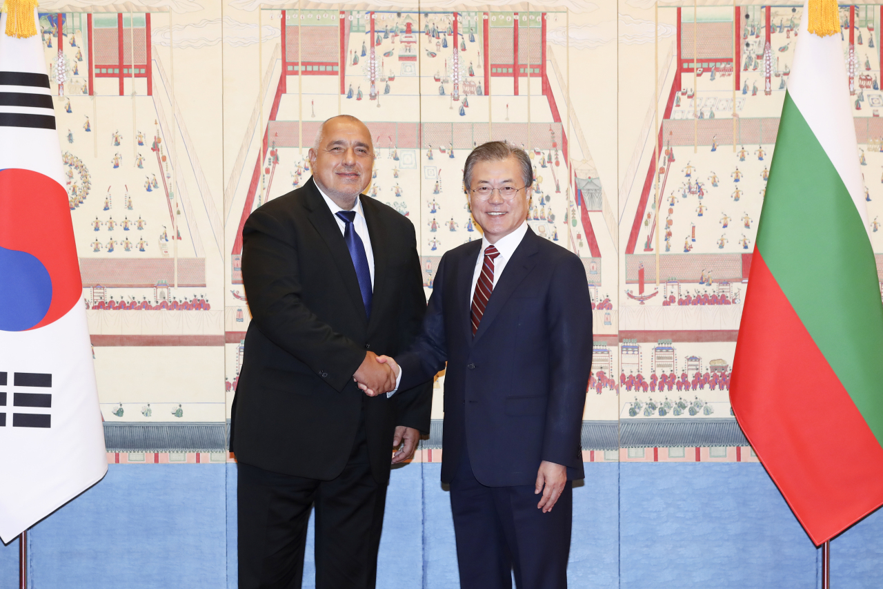 Prime Minister Boyko Borissov (left) and President Moon Jae-in. (Yonhap)