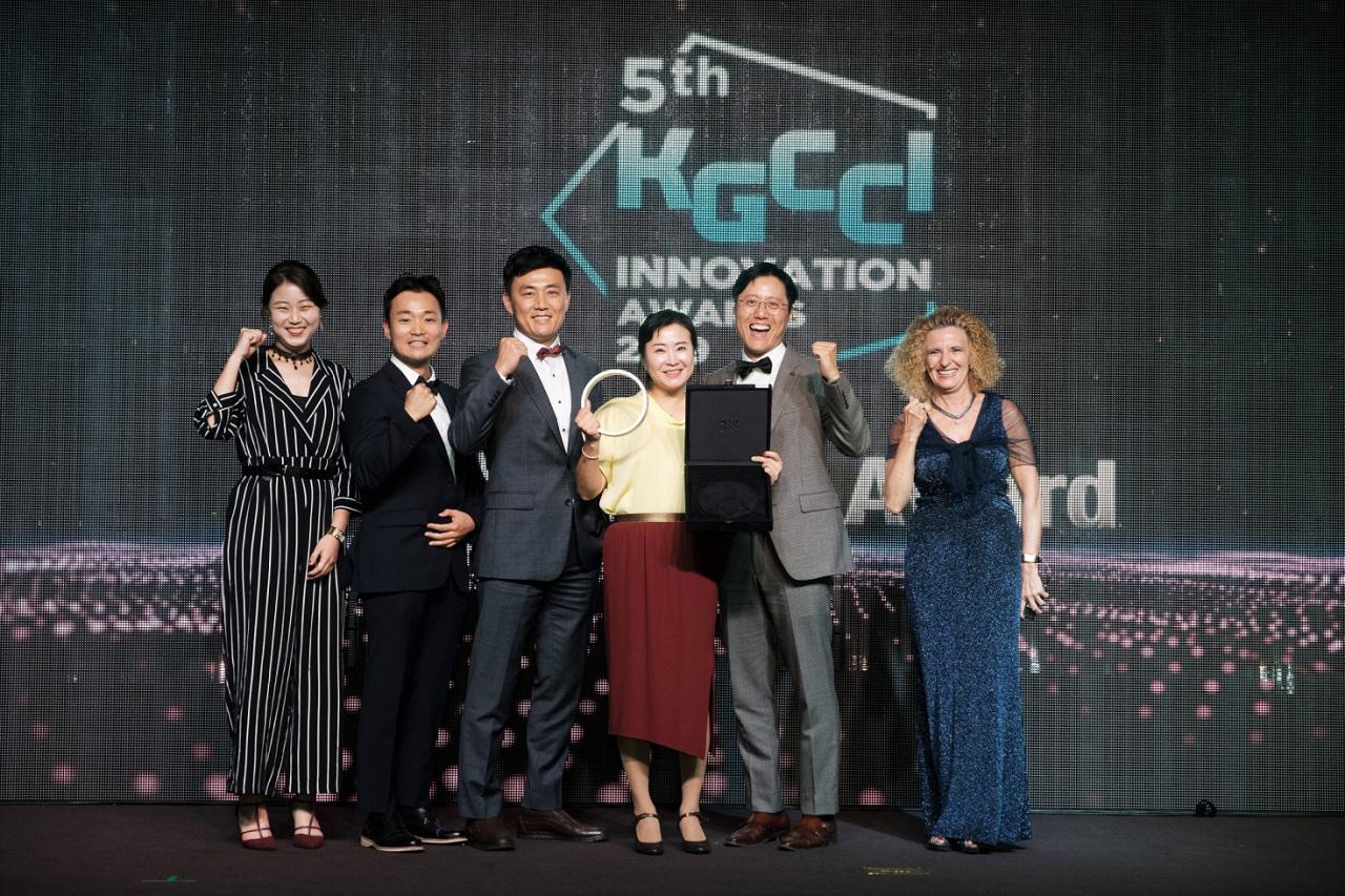 Henkel Korea and Ingrid Drechsel (right), German Chairman of KGCCI
